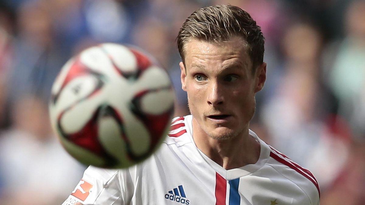 Hamburgs Marcell Jansen, hinten, am 30. August 2014 im Bundesliga-Heimspiel gegen den SC Paderborn.