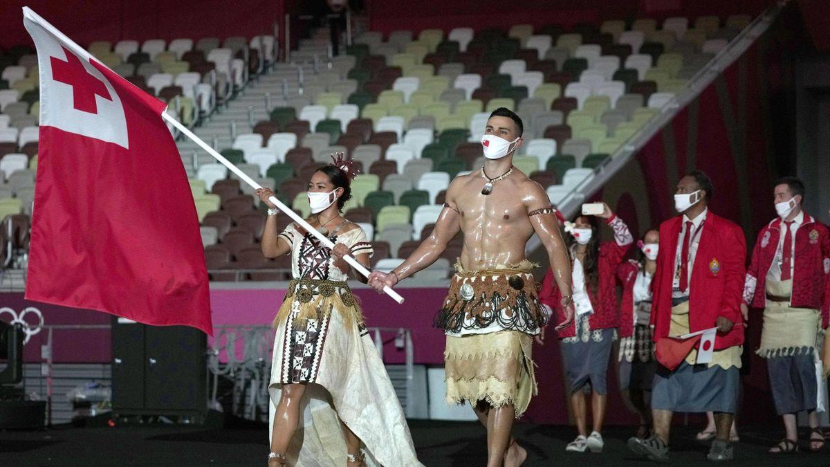 Pita Taufatofua trägt die Flagge Tongas bei den Olympischen Spielen in Tokio bei der Eröffnungsfeier
