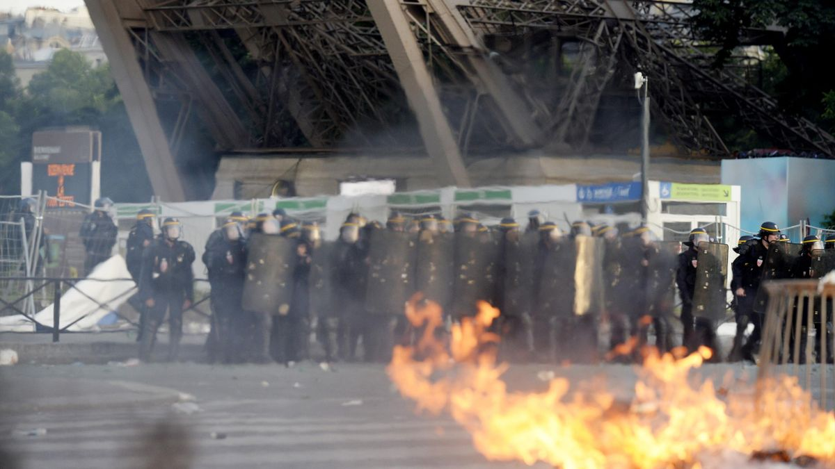 Riot police clash with fans outside the Paris FanZone