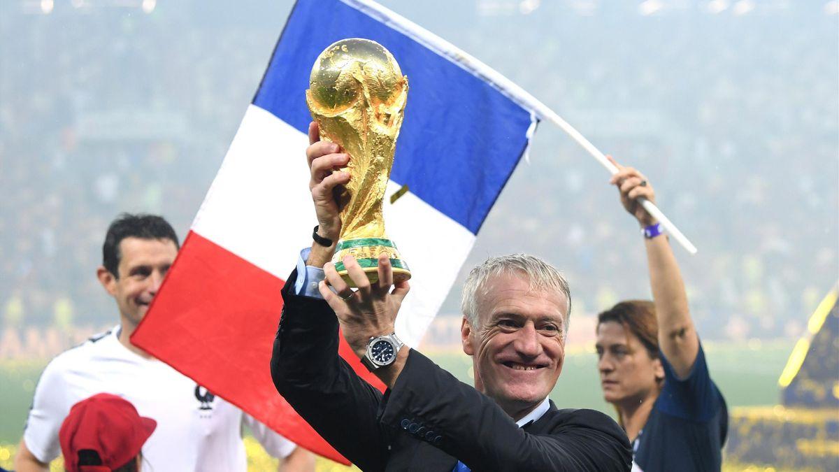 Didier Deschamps avec le trophée de la Coupe du monde