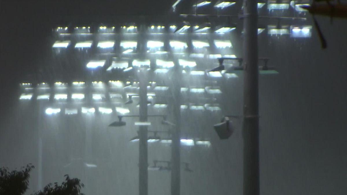 US Open   Bizarre beelden - toeschouwers zelfs onder dicht dak geplaagd door hevige regen