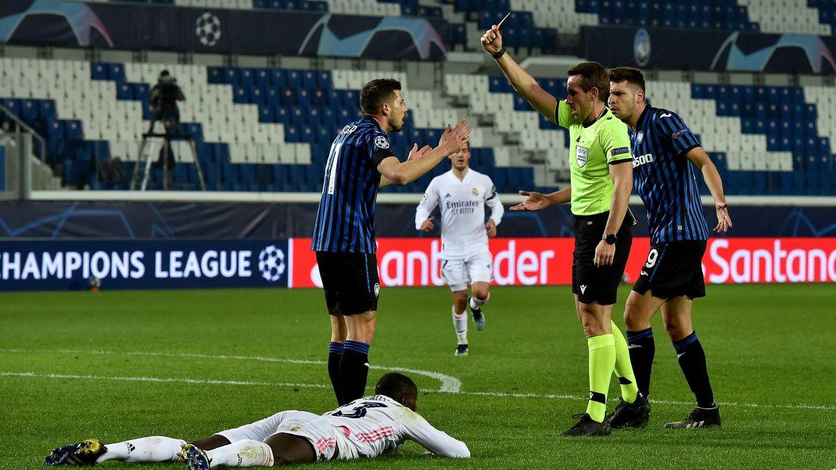Schiedsrichter Tobias Stieler zeigt Remo Freuler (Atalanta Bergamo) im Spiel gegen Real Madrid die Rote Karte