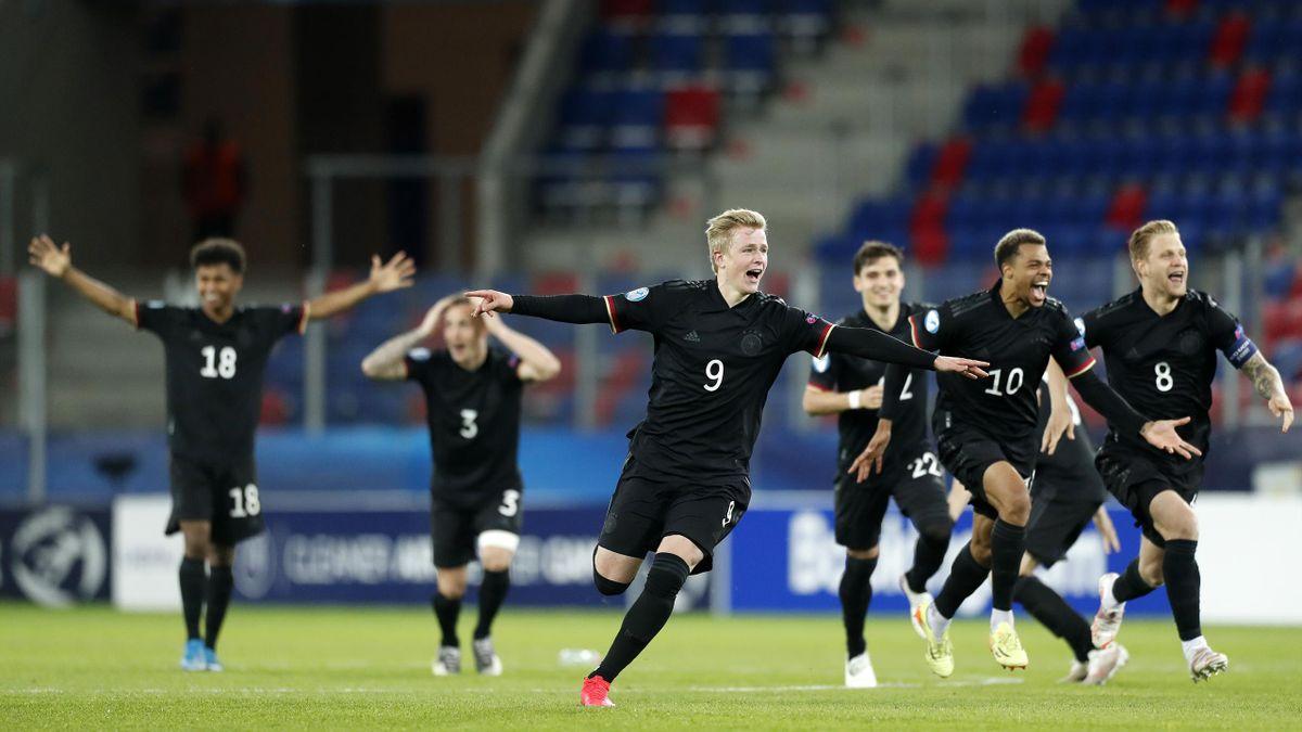 Jonathan Burkardt (Nr. 9:) bejubelt mit seinen Mitspielern den deutschen Sieg im Elfmeterschießen