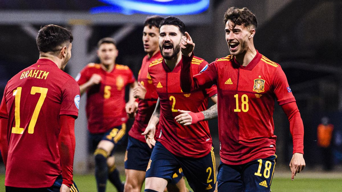 Javier Puado (rechts; Spanien) bejubelt seinen Treffer gegen Slowenien