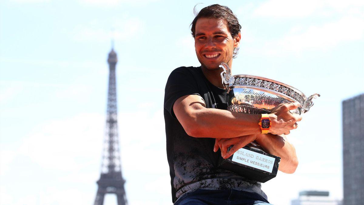 Rafael Nadal mit der French-Open-Trophäe
