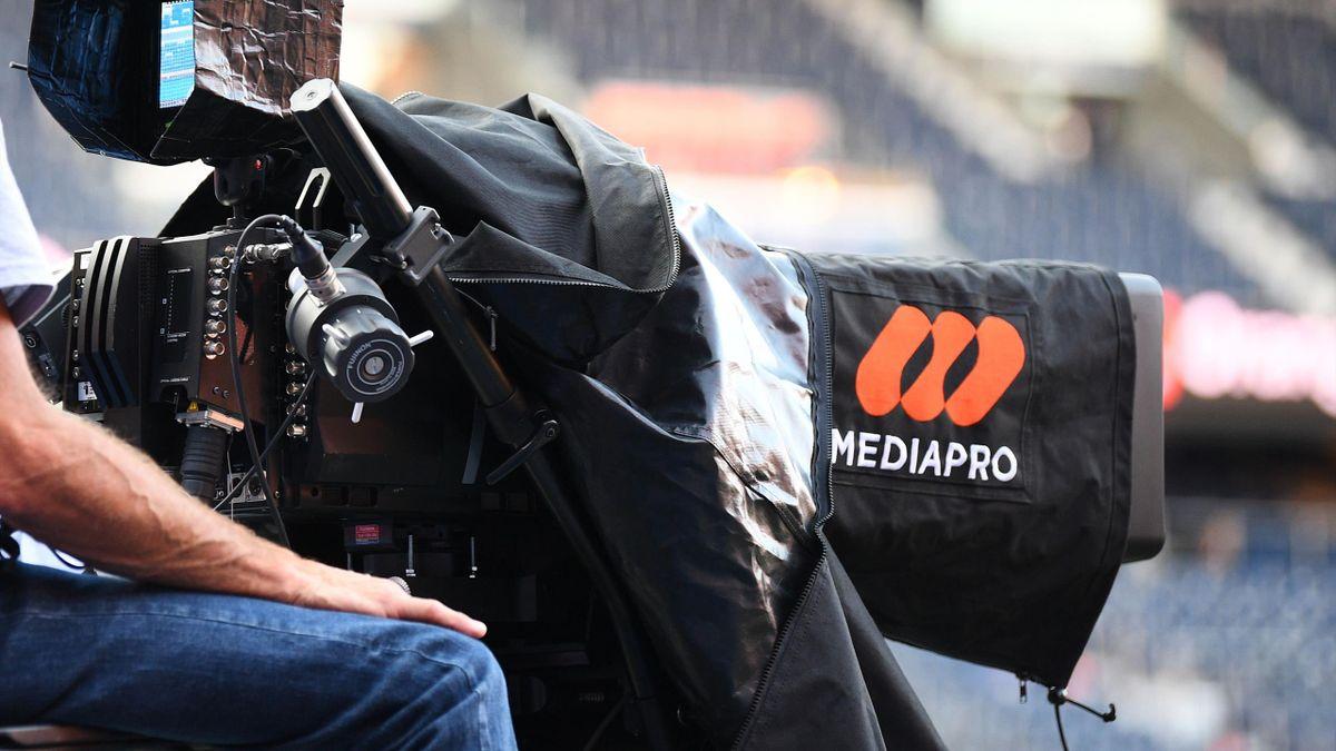 Une caméra de Mediapro filme un match de L1