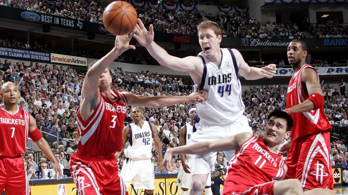 Shawn Bradley a duello con Yao Minge Bob Sura in Dallas Mavericks-Houston Rockets - NBA Playoffs 2005 - Getty Images