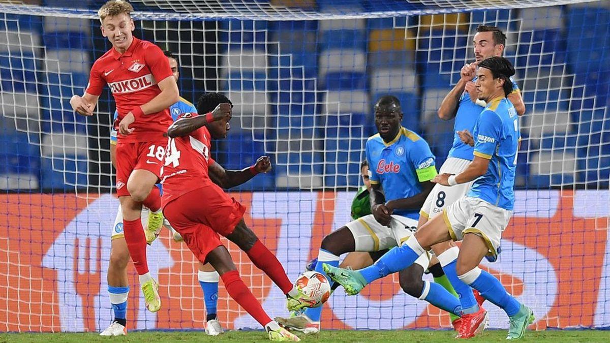 Куинси Промес забивает в матче Лиги Европы «Наполи» – «Спартак»