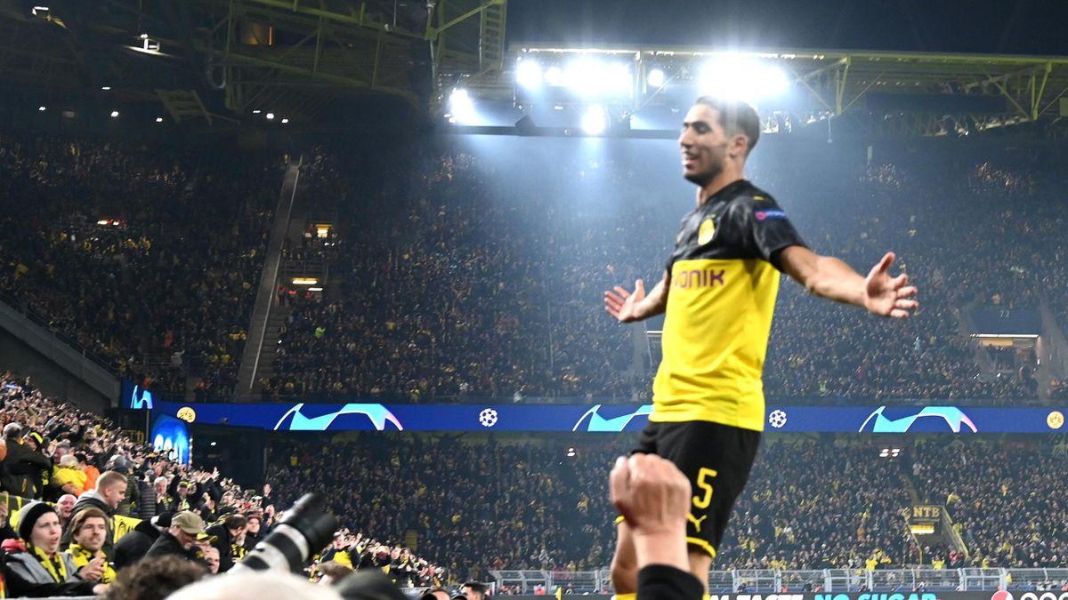 Achraf Hakimi lässt sich von den Fans des BVB feiern