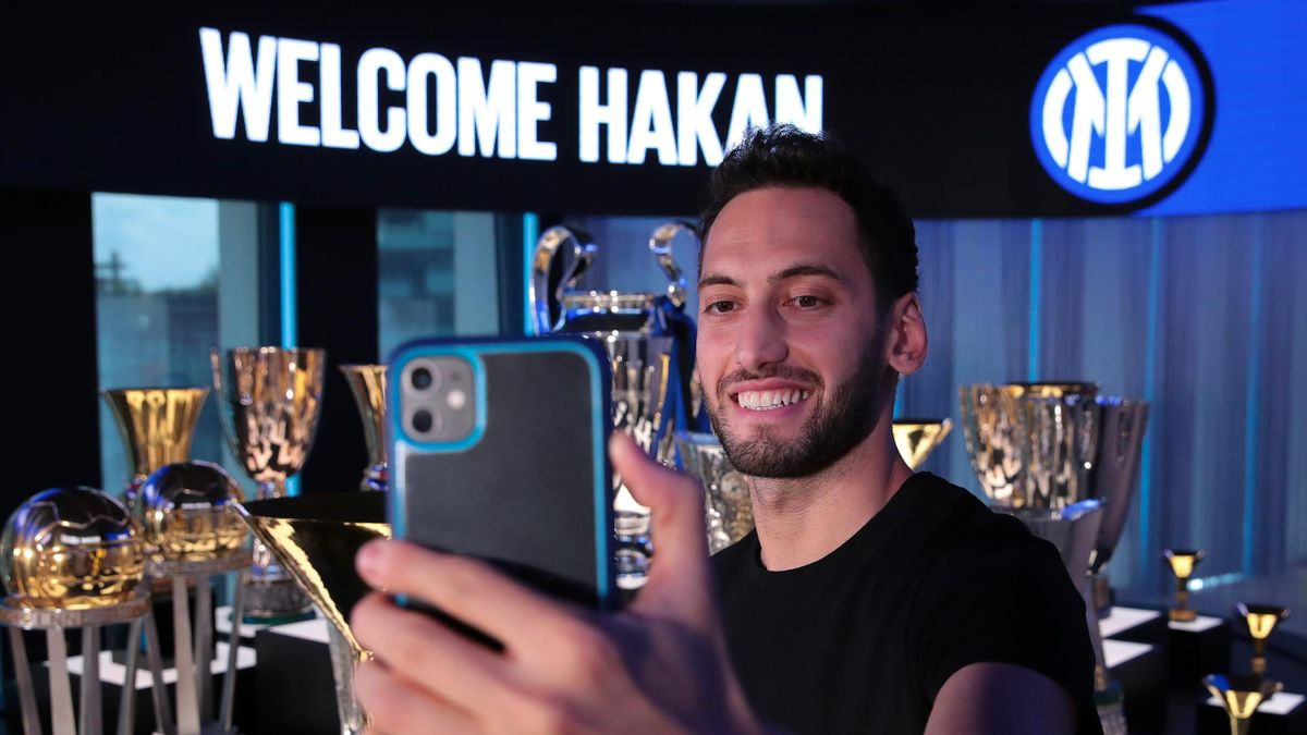 Hakan Çalhanoglu nella sala dei trofei dell'Inter dopo la firma con i nerazzurri - @credit sito internet ufficiale inter.it