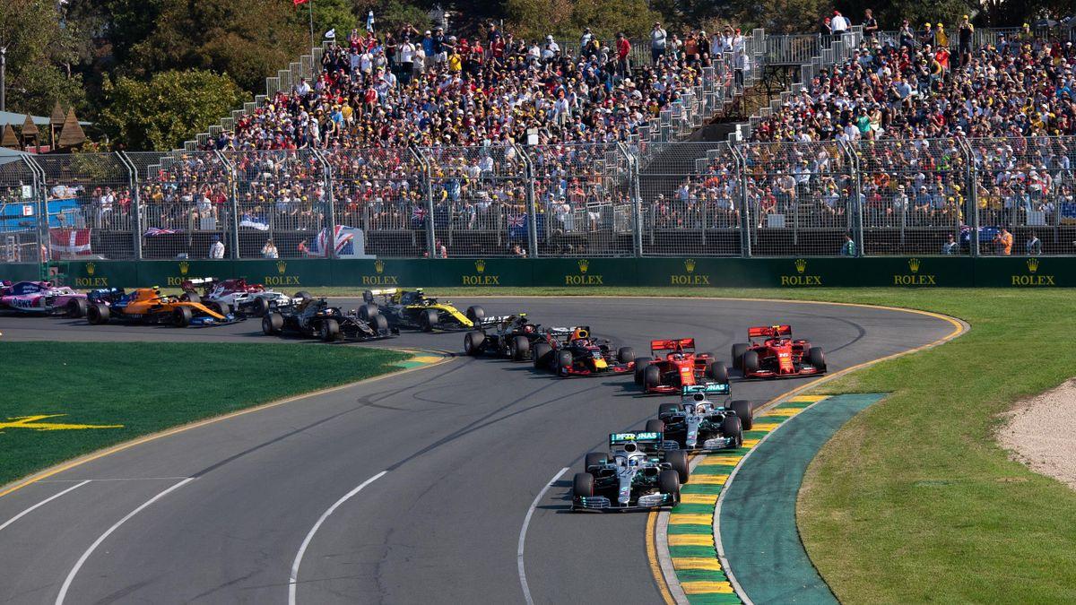 Formel-1-Auftakt 2019: Mercedes-Pilot Valtteri Bottas führt das Fahrerfeld vor vollen Tribünen in die zweite Kurve