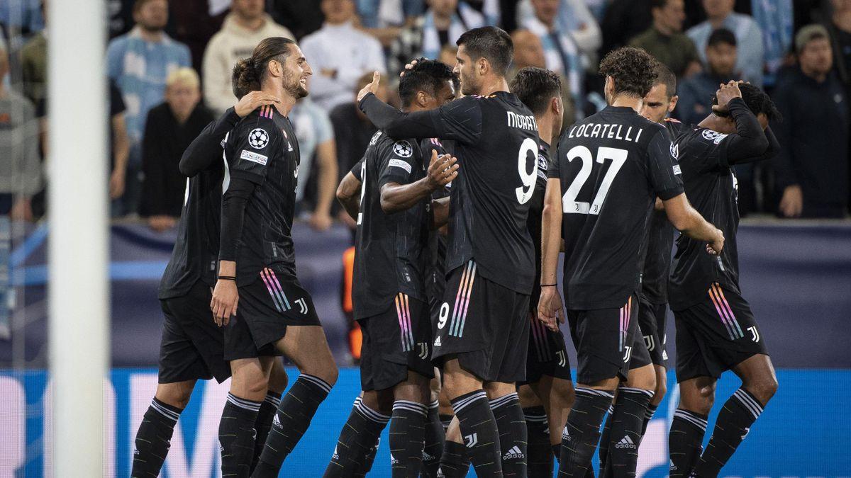 Alex Sandro festeggiato dai compagni (Malmoe-Juventus)