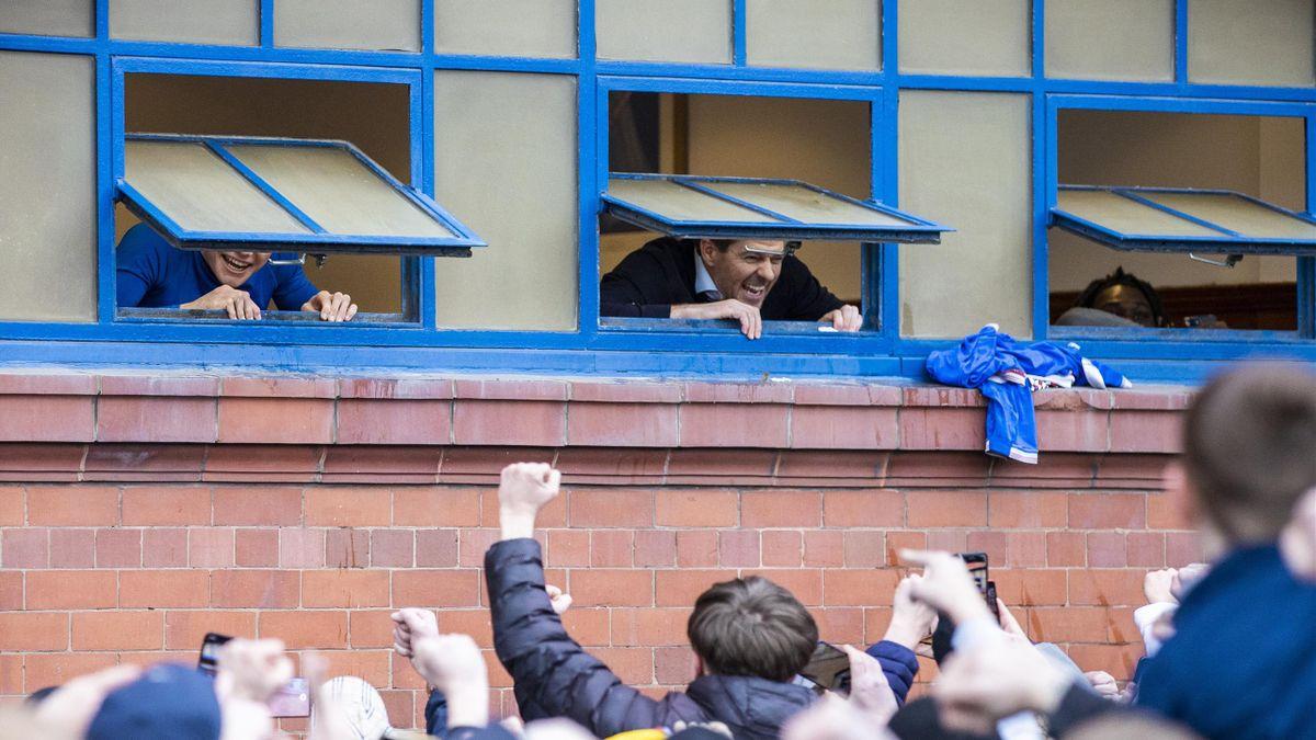 Rangers-Trainer Steven Gerrard (im Fenster in der Mitte) jubelt den Fans aus dem Kabinenfenster zu