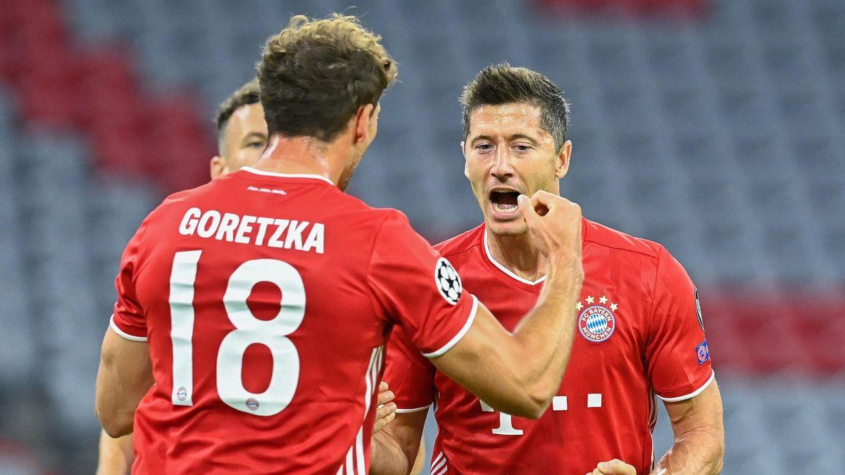 Bayern Munich's Polish forward Robert Lewandowski (R) celebrates with his teammate Bayern Munich's German midfielder Leon Goretzka after scoring his team's first goal during the UEFA Champions League, second-leg round of 16, football match FC Bayern Munic