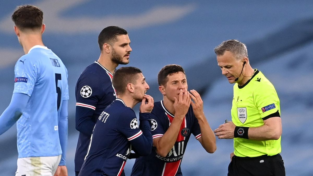 Marco Verratti, Alessandro Florenzi and Ander Herrera of Paris Saint-Germain appeal to referee Bjorn Kuipers during the UEFA Champions League Semi Final Second Leg match between Manchester City and Paris Saint-Germain at Etihad Stadium on May 04, 2021