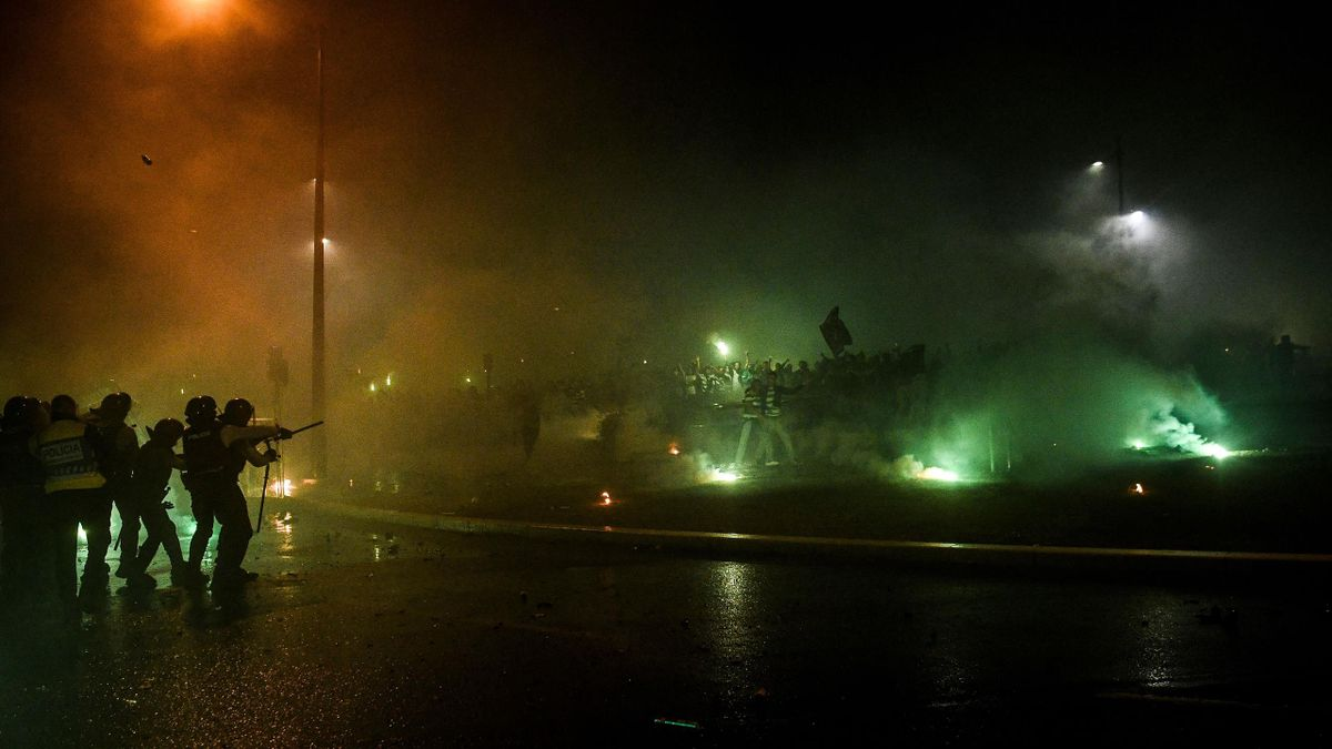 Riot police clash with Sporting fans