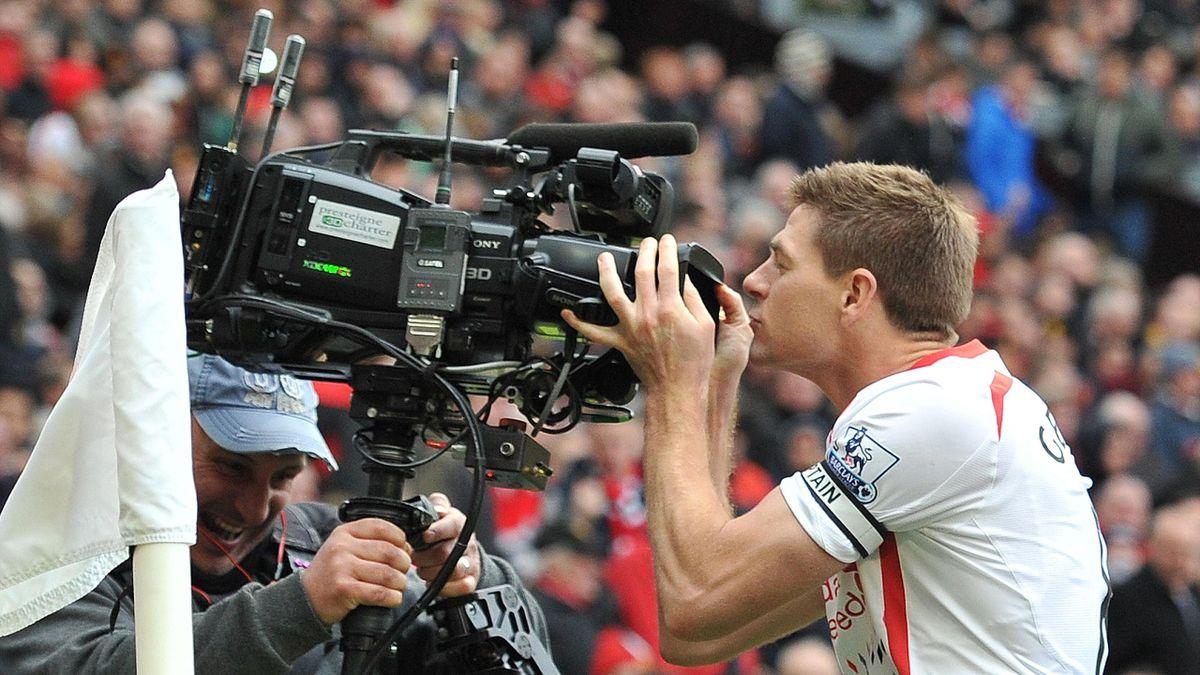 Steven Gerrard (Liverpool) embrasse une caméra après un but