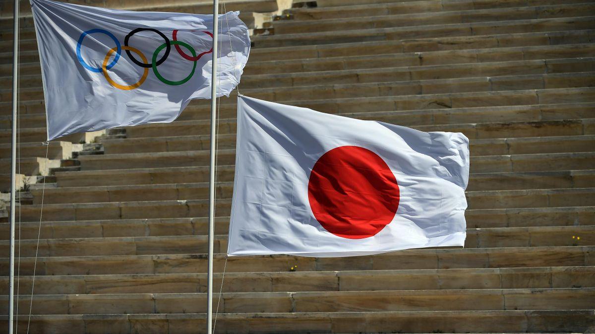 La bandiera dei Cinque Cerchi e la bandiera del Giappone issate durante la cerimonia dell'accensione della fiamma olimpica ad Atene