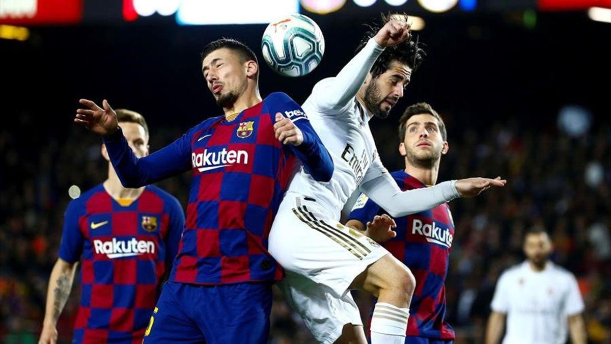 Lenglet e Isco Alarcón pugnando por un balón en el Clásico Barcelona-Real Madrid