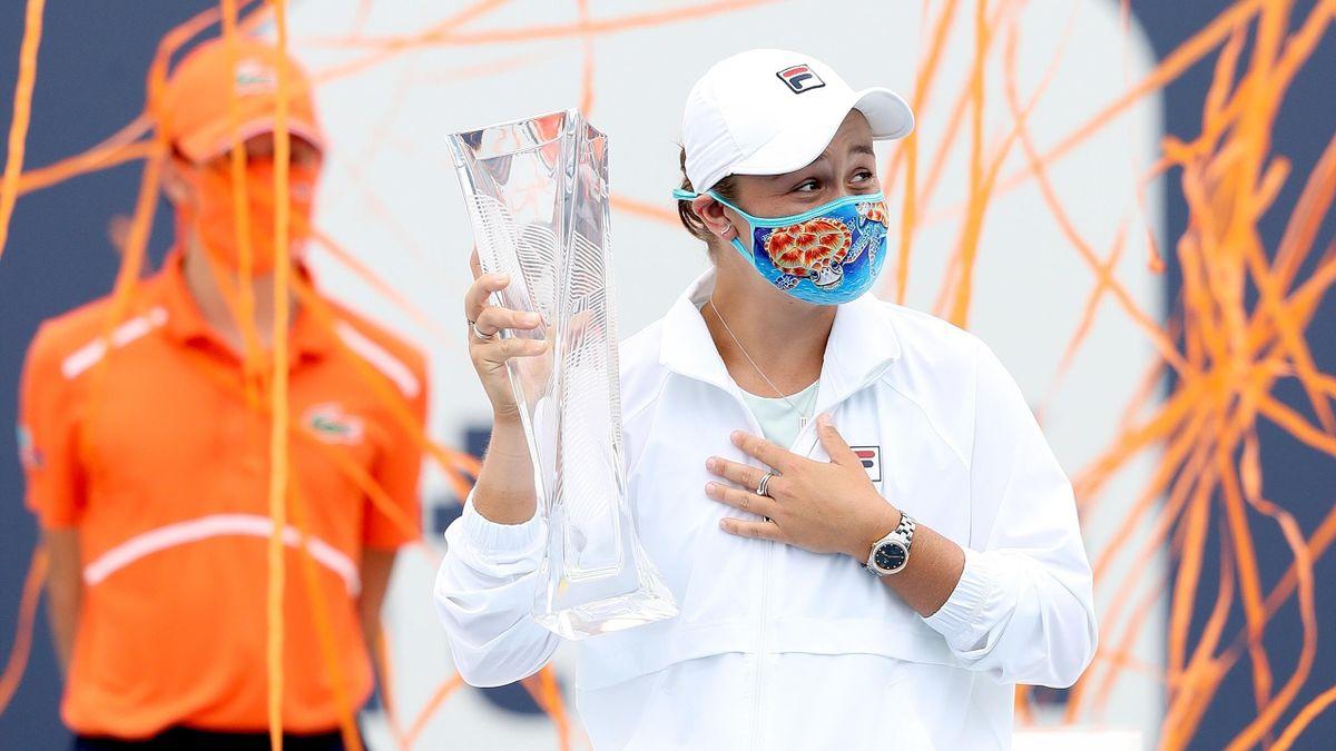 Ashleigh Barty reçoit son trophée après la finale du tournoi de Miami, le 3 avril 2021