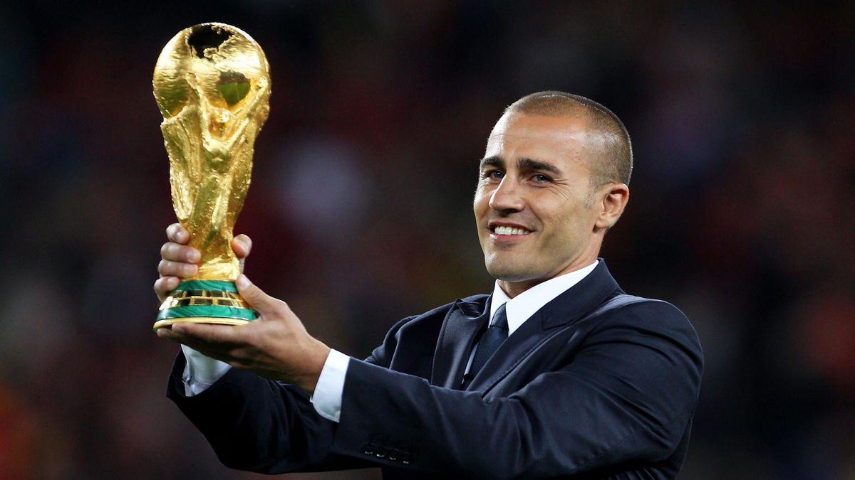 Fabio Cannavaro posa con la Coppa del Mondo, Getty Images