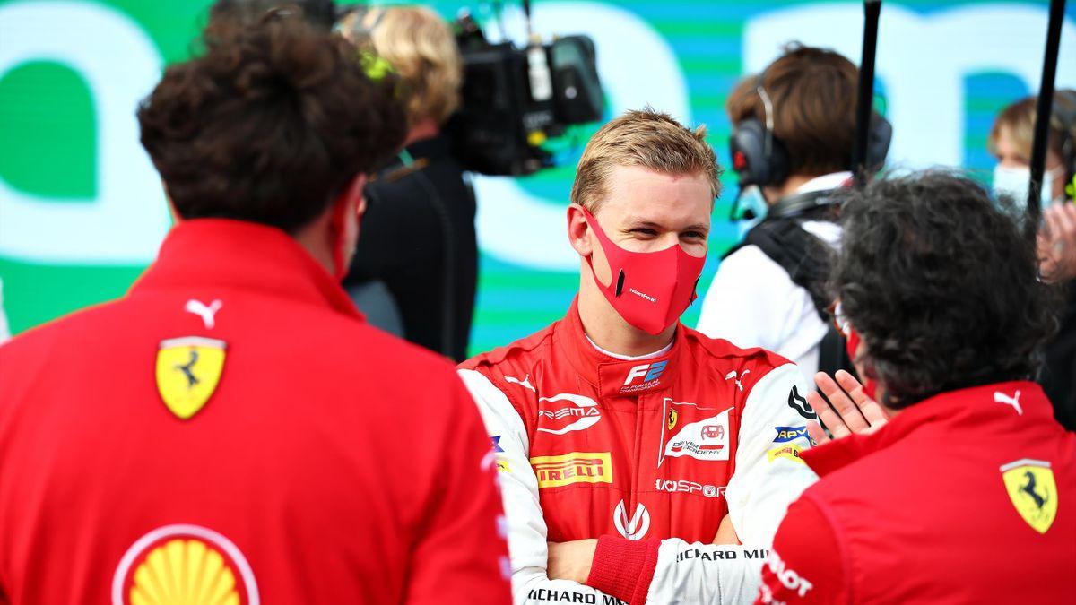 Mick Schumacher im Gespräch mit Ferrari-Verantwortlichen