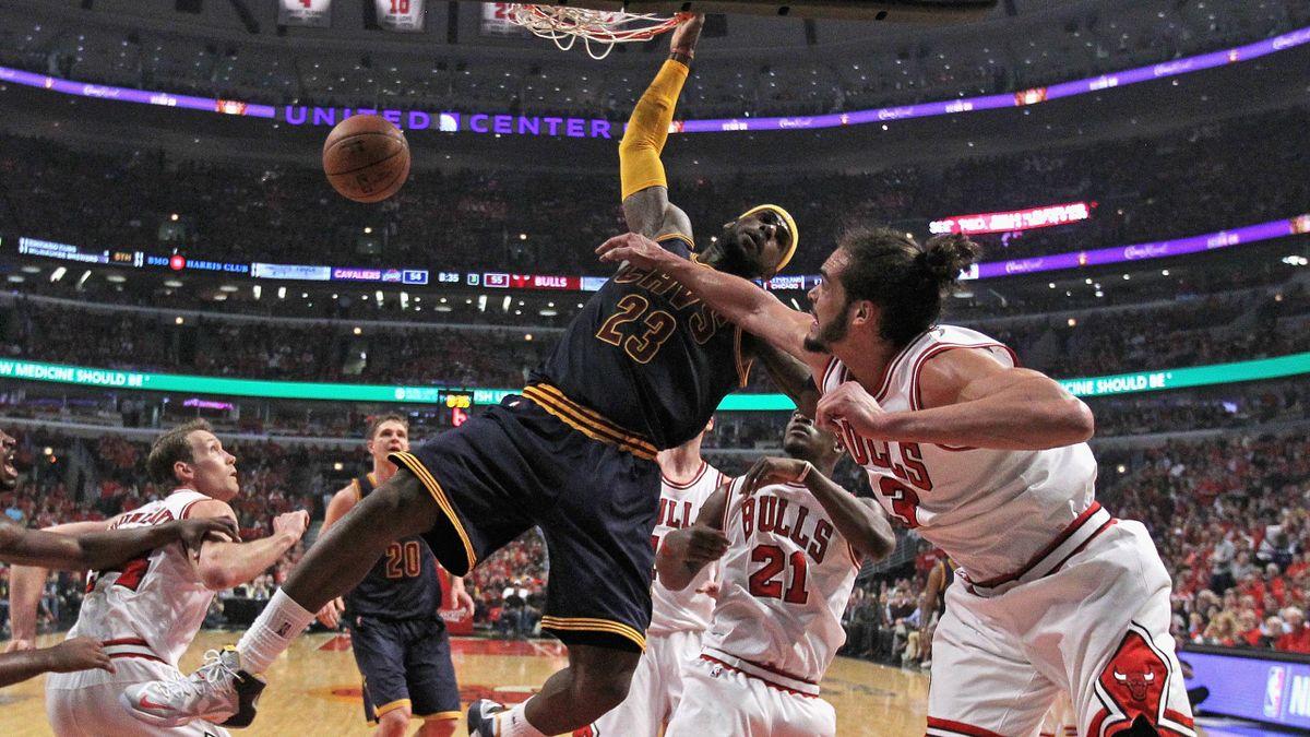 LeBron James (Cleveland) versus Joakim Noah (Chicago) - NBA 2015