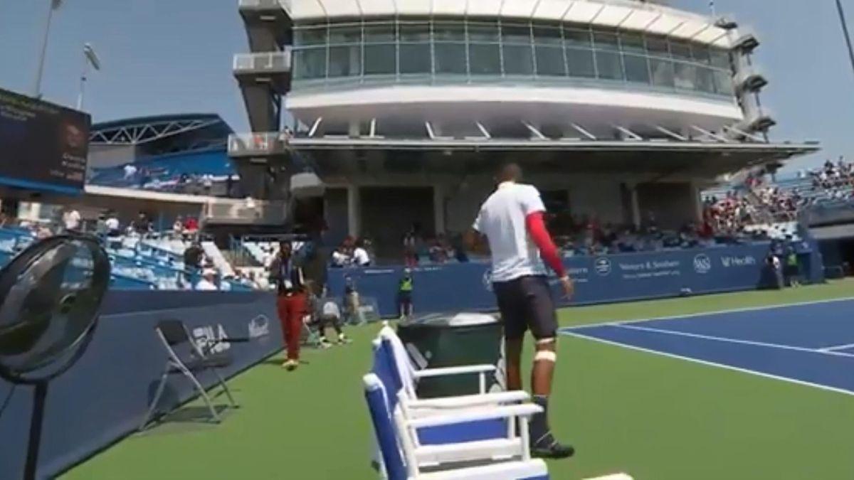 «Я забыл теннисную обувь в раздевалке». Ник Кирьос вышел на корт в баскетбольных кроссах