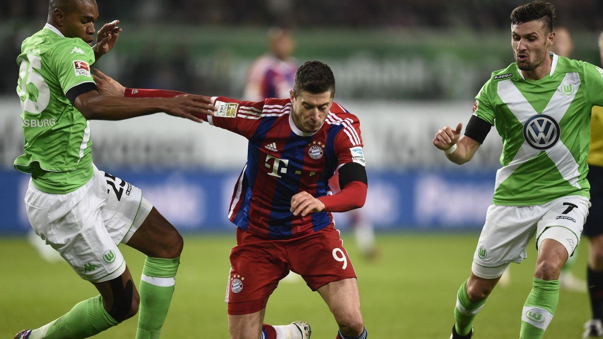 Bayern Munich's Polish striker Robert Lewandowski (C) vies with Wolfsburg's Brazilian defender Naldo (L)