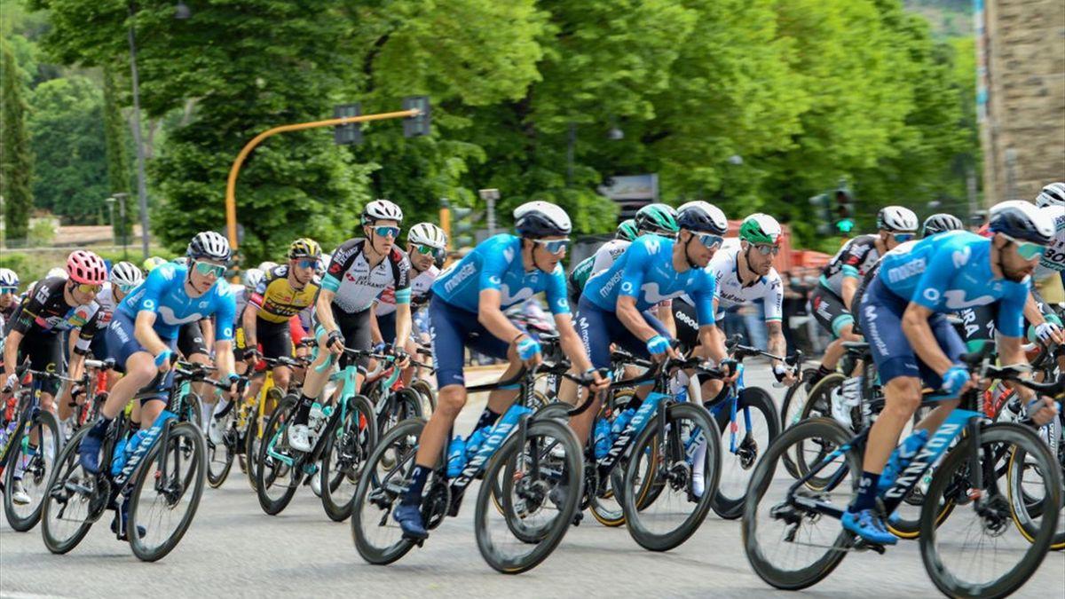 Passaggio del plotone a Rieti al Giro d'Italia 2021