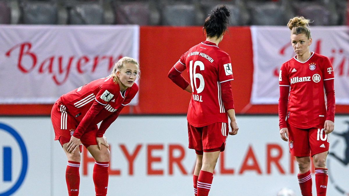 Lea Schüller, Lina Magull und Linda Dallmann (v. l. n. r.) nach der Niederlage gegen die TSG Hoffenheim