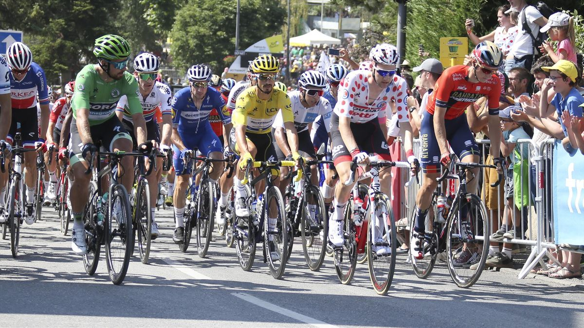Peter Sagan (Grünes Trikot), Julian Alaphilippe (Gelbes Trikot) und Tim Wellens (Gepunktetes Trikot) bei der Tour de France 2019