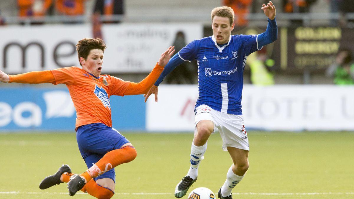 Aalesunds Sondre Brunstad Fet (t.v.) og Kristoffer Zachariassen i eliteseriekampen i fotball mellom Aalesund og Sarpsborg 08 på Color Line Stadion.