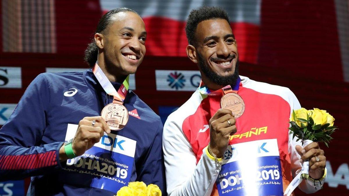 Orlando Ortega (derecha) y Pascal Martinot-Lagarde (izquierda) con sendas medallas de bronce en los Mundiales de Atletismo de Doha 2019