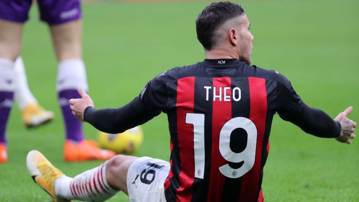 Theo Hernandez a terra in Milan Fiorentina - Serie A 2020-21