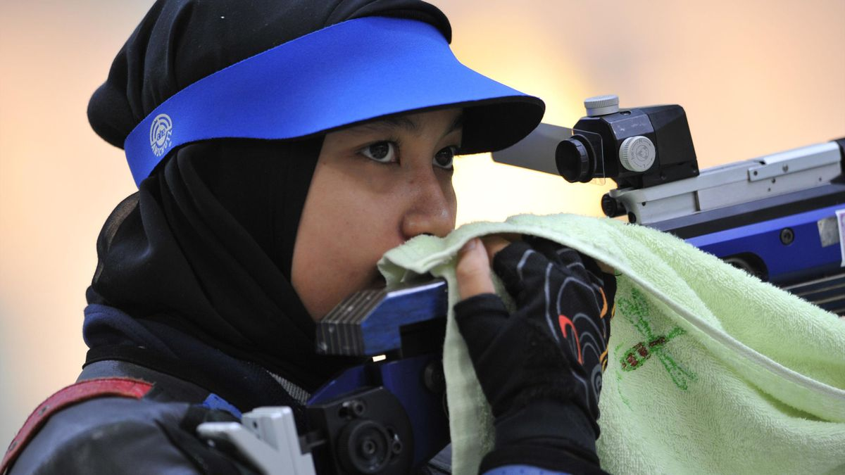 Malaysia's Halim Nur Ayuni Farhana Abdul prepares during the 10m air rifle final at the 25th Southeast Asian Games (SEAGAMES) at the National Sport Complex shooting range in Vientiane (AFP)