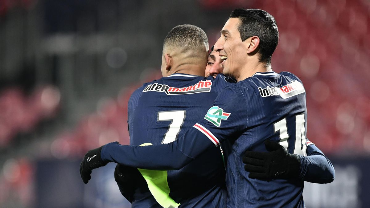 Paris Saint-Germain's French forward Kylian Mbappe (L) celebrates with Paris Saint-Germain's Argentinian midfielder Angel Di Maria after scoring their third goal during the French Cup round-of-16 football match between Brest FC (Stade Brestois 29) and Par