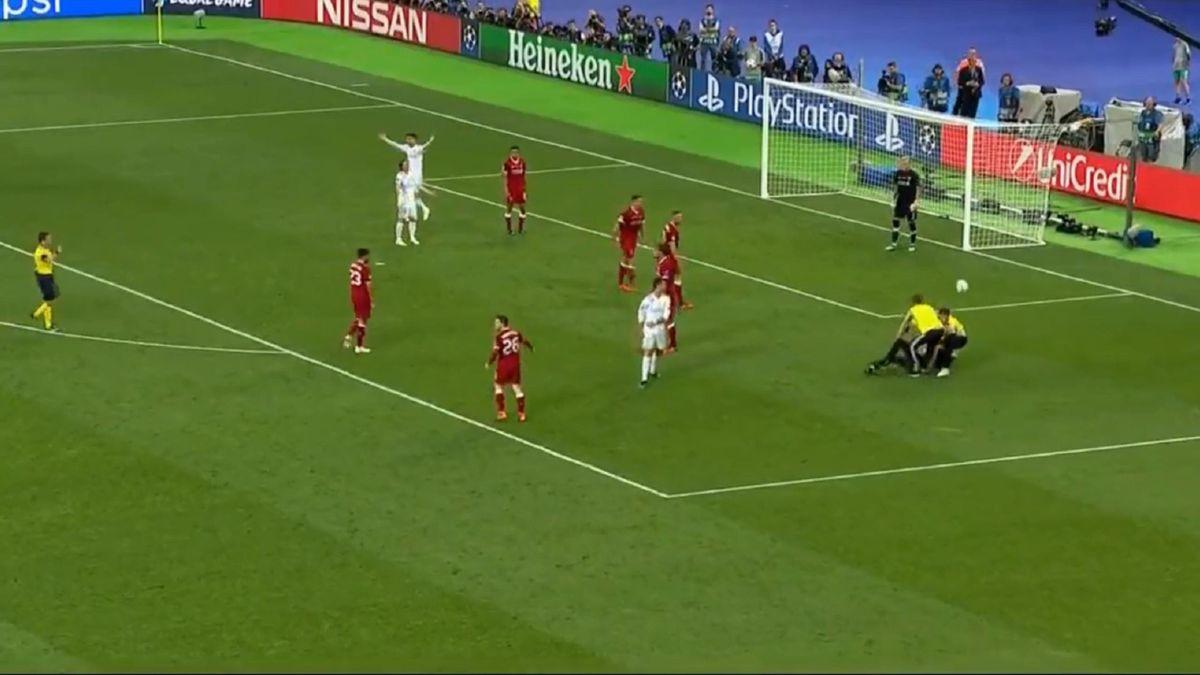 Криштиану Роналду готовился положить «Ливерпулю» четвертый, но на поле выбежал фанат
