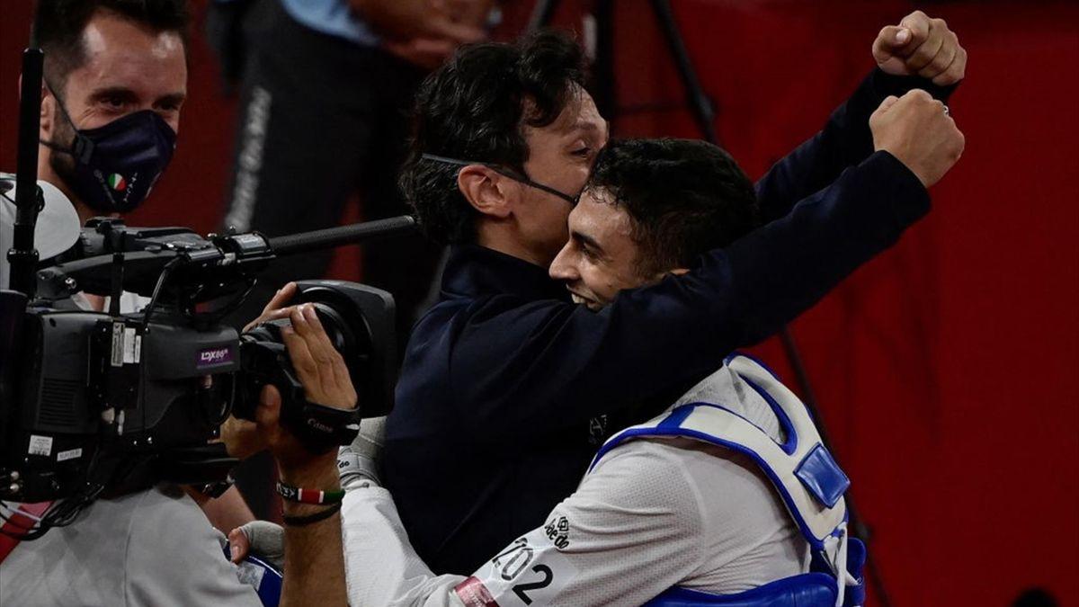 Dell'Aquila esulta assieme al suo allenatore