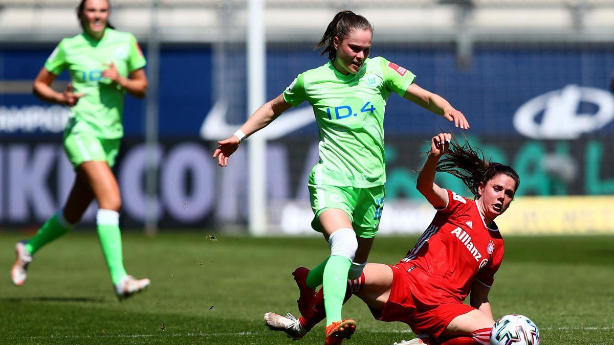 Ewa Pajor (links; VfL Wolfsburg) im Zweikampf mit Sarah Zadrazil (FC Bayern)