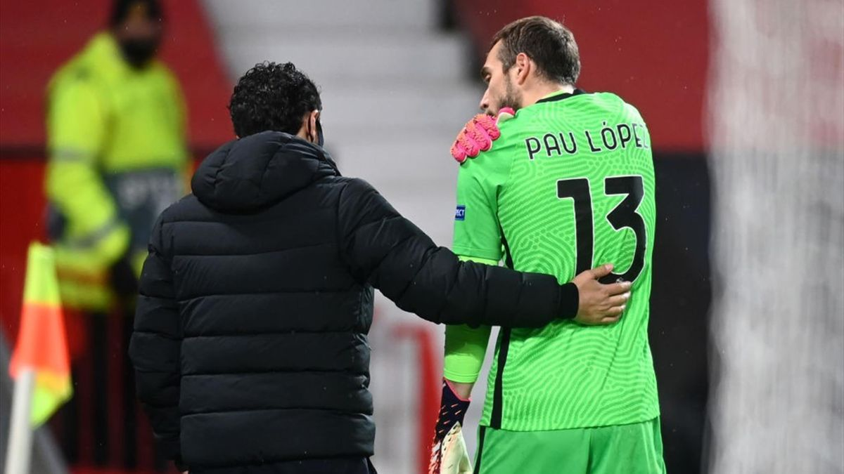 Pau Lopez esce dal campo infortunato durante Manchester United-Roma - Europa League 2020/2021 - Getty Images