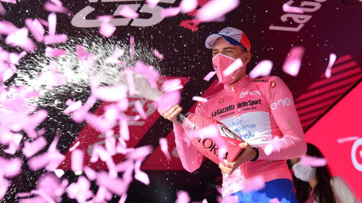 Attila Valter sul podio di Ascoli con la maglia rosa - Giro d'Italia 2021