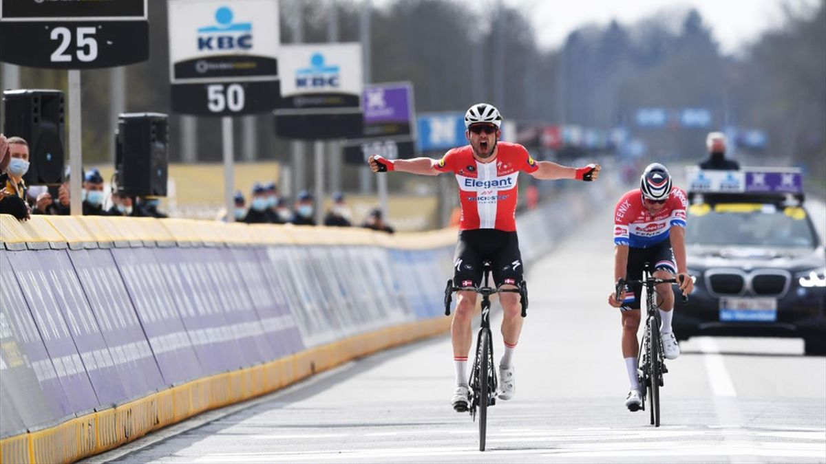 Kasper Asgreen (l.) bejubelt seinen Sieg bei der Flandern-Rundfahrt 2021