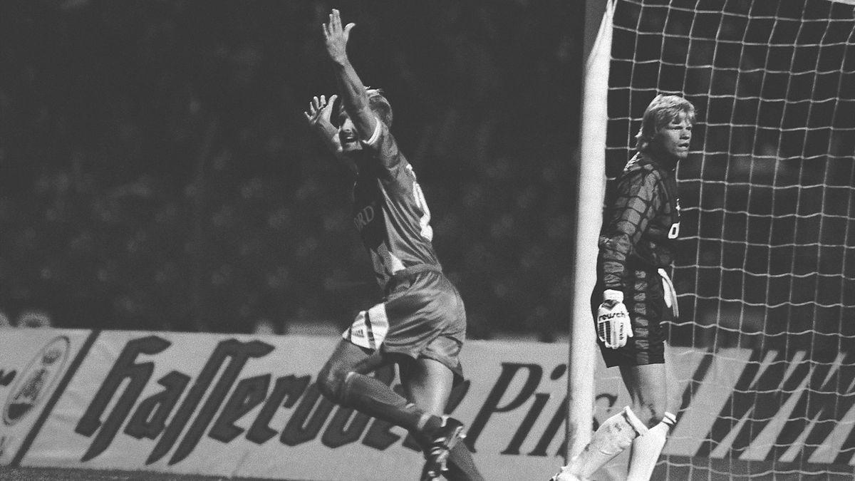 Roland Stein (l., TSV Vestenbergsgreuth) jubelt vor Oliver Kahn (FC Bayern München) über sein Siegtor im DFB-Pokal 1994/95