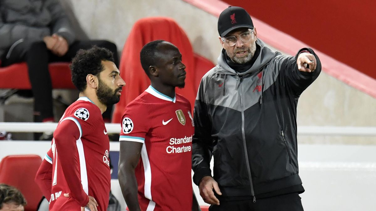 Jürgen Klopp im Gespräch mit Sadio Mané (mitte) und Mohamed Salah