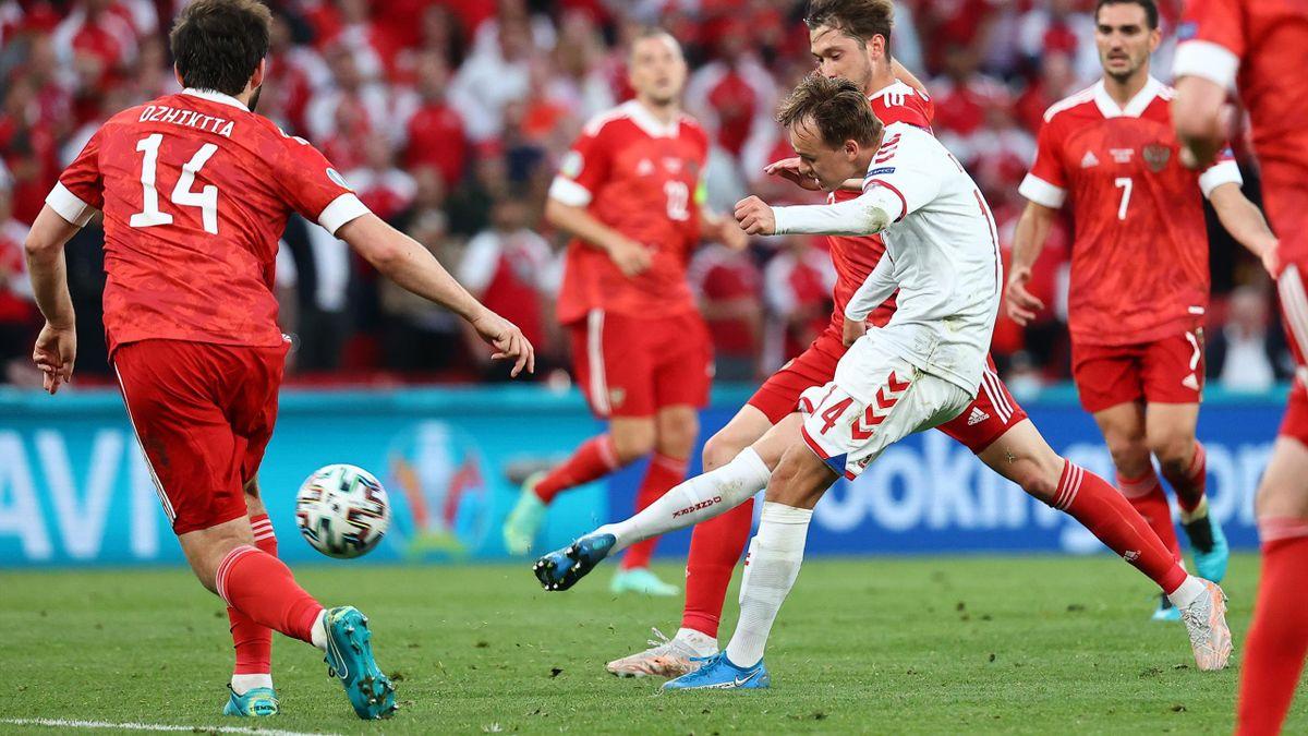 Mikkel Damsgaard (weißes Trikot) umzingelt von mehreren russischen Gegenspielern