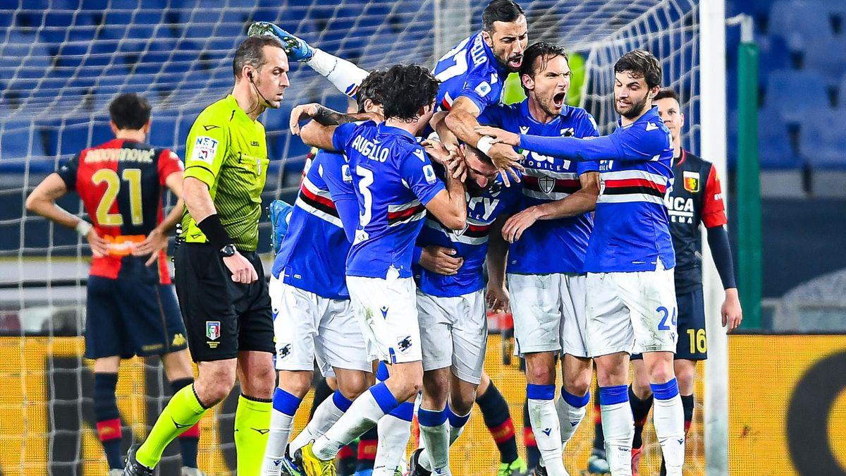 L'abbraccio in massa dei tifosi della Samp a Lorenzo Tonelli, Genoa-Sampdoria, Getty Images