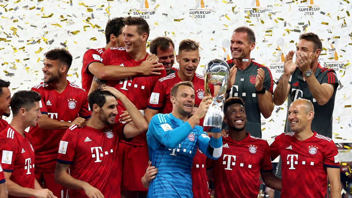 Manuel Neuer of Bayern lifts the trophy on the podium after winning 5-0 the DFL Supercup match between Eintracht Frankfurt an Bayern Muenchen at Commerzbank-Arena on August 12, 2018 in Frankfurt am Main, Germany.