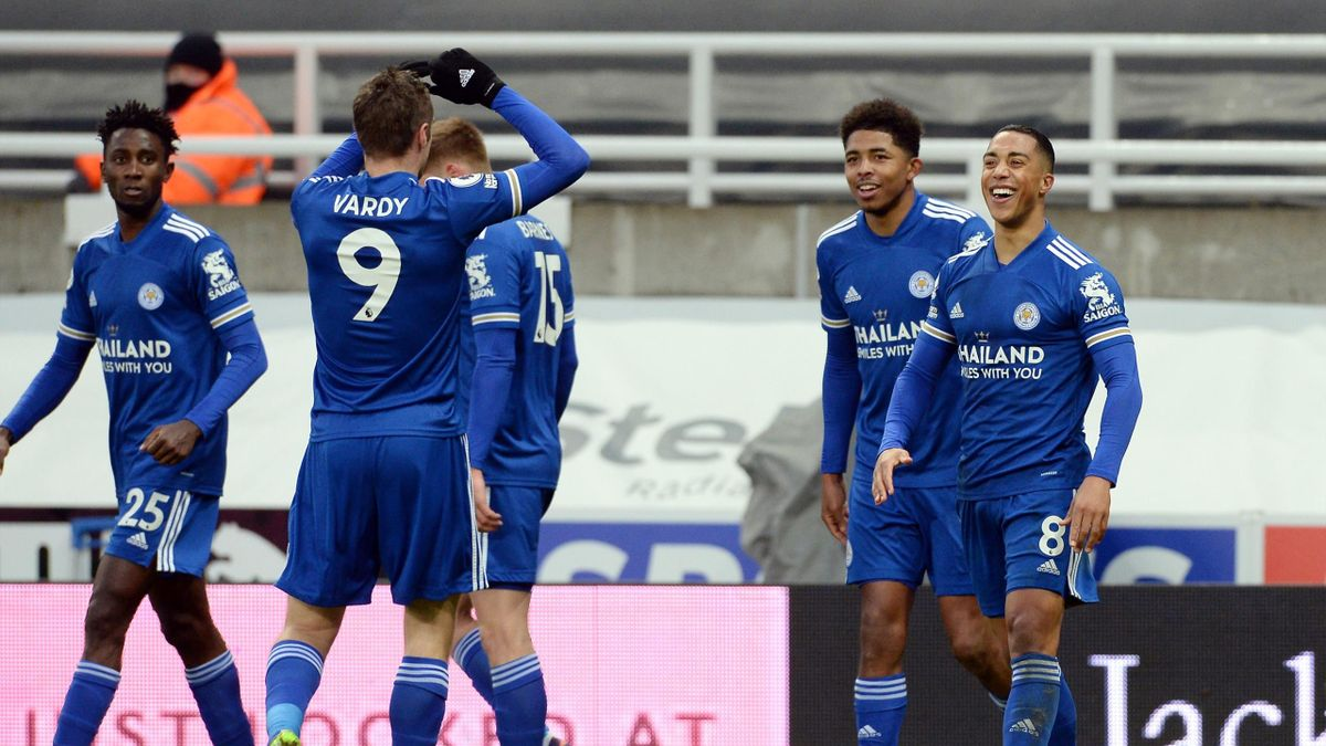 Jamie Vardy von Leicester City (2. v. l.) klatscht sich mit seinen Mitspielern ab