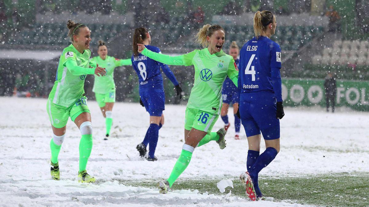 Der VfL Wolfsburg (in grün) jubelt im Topspiel über drei Punkte gegen Turbine Potsdam